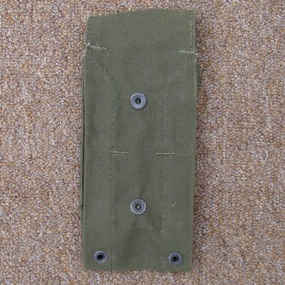 The loop on the back of the M1961 pouch contained two male press-studs.