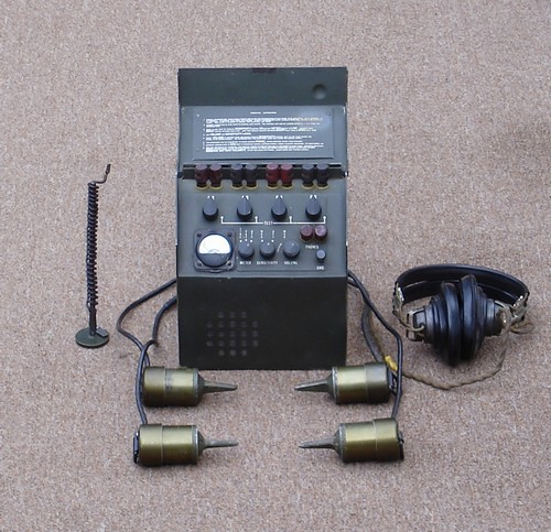 The battery powered AN/PSR-1A Detecting Set consisted of a control unit, 4 seismometers, ground wire and earphones.