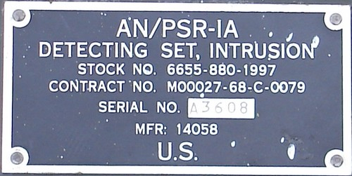 A nomenclature and contract information badge was mounted on the outside of the flap of the AN / PSR-1A control unit.